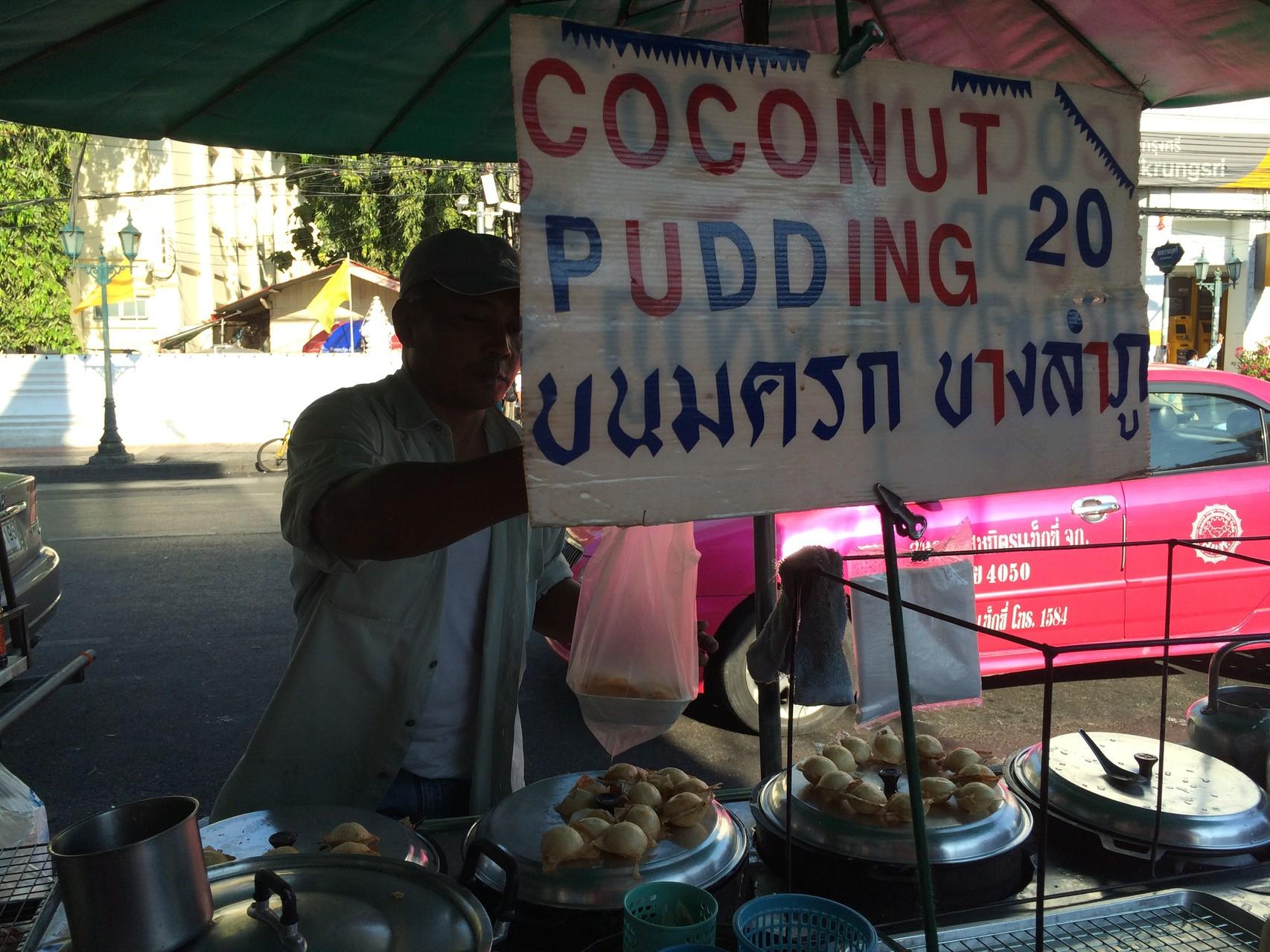 ココナッツミルクで作ったたこ焼きみたいなプリン。周りがカリカリで中はトロリ。ココナッツの風味豊か♪