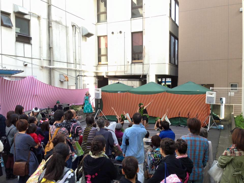 まるなな通り、セブンイレブン横ではダンスステージ。観客もいっぱいです!