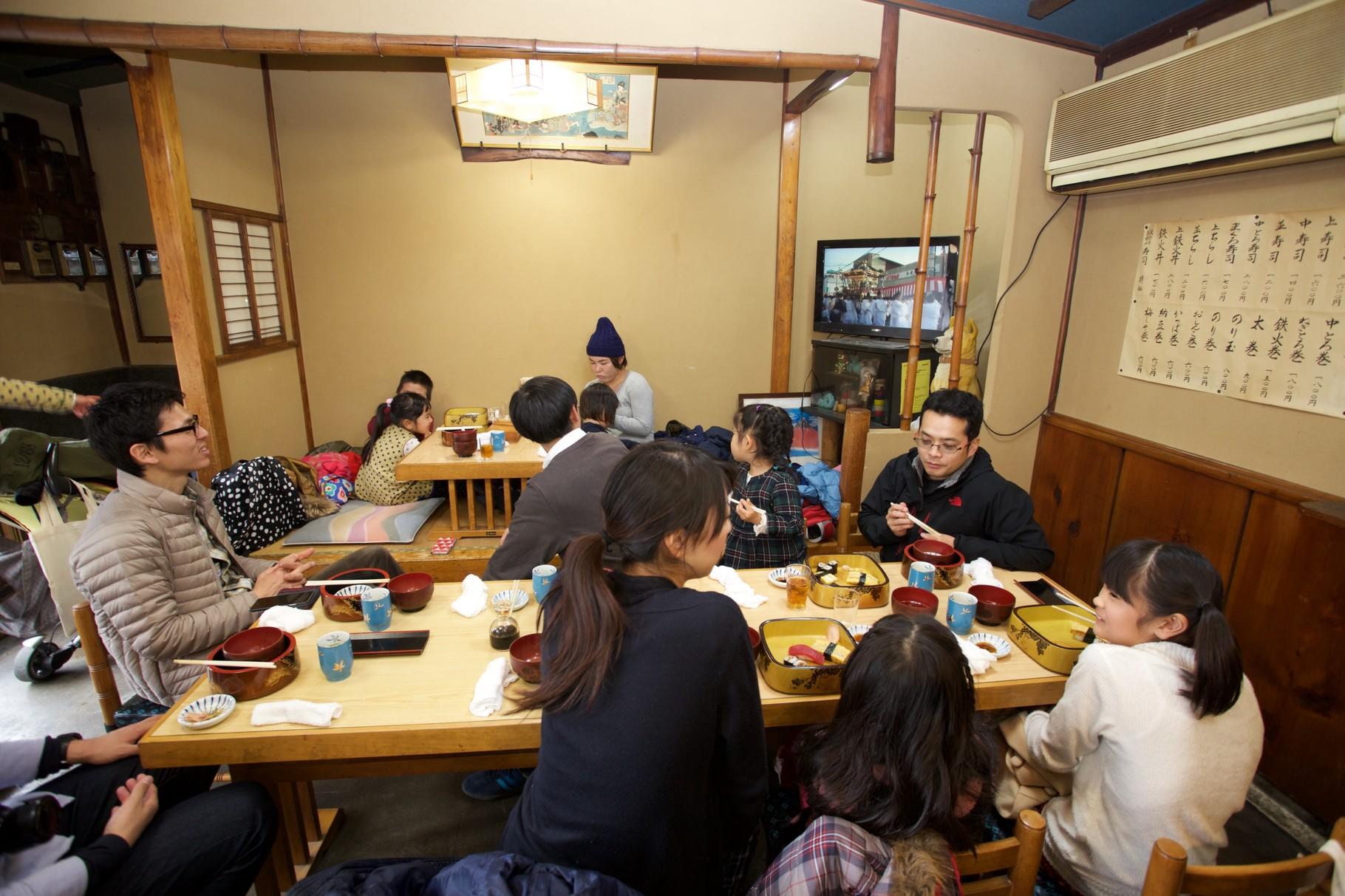 大人はちらし寿司、子どもは握りとのり巻きです 美味しい!