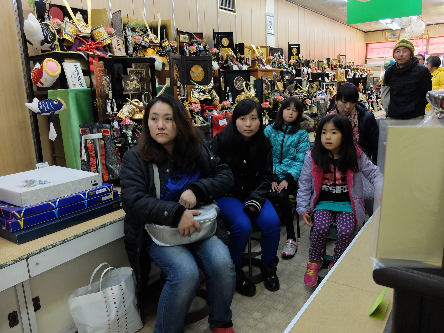 店内には五月人形が沢山!