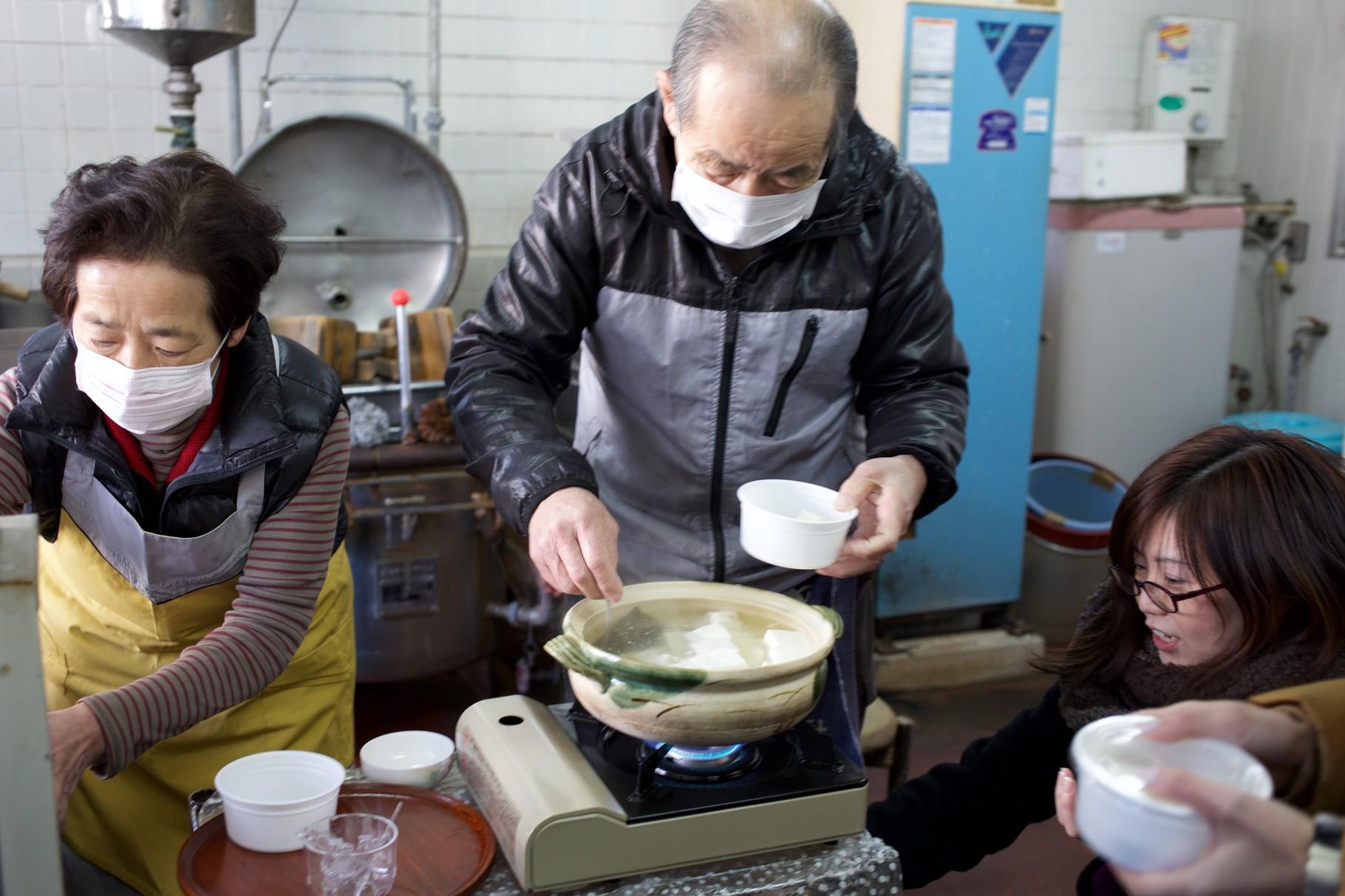 手づくりのおいしいお豆腐を土鍋で湯豆腐にしていただきました♪