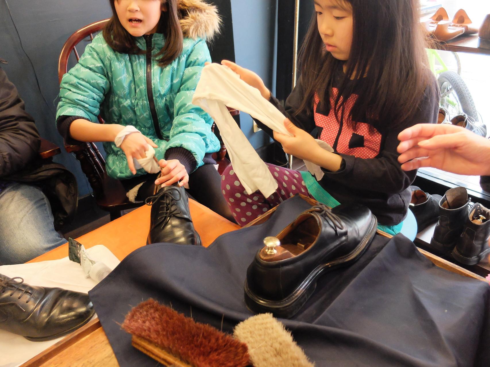 小さな手でお父さんの大きい靴を磨くのは大変!