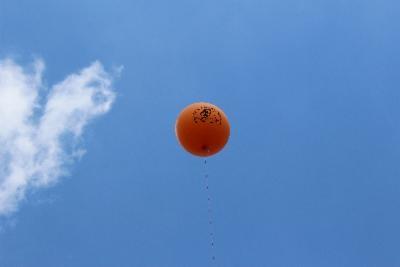 Dank Erwin haben wir Riesenluftballons und tolle Tischdecken bekommen, so dass wir gut erkennbar sind