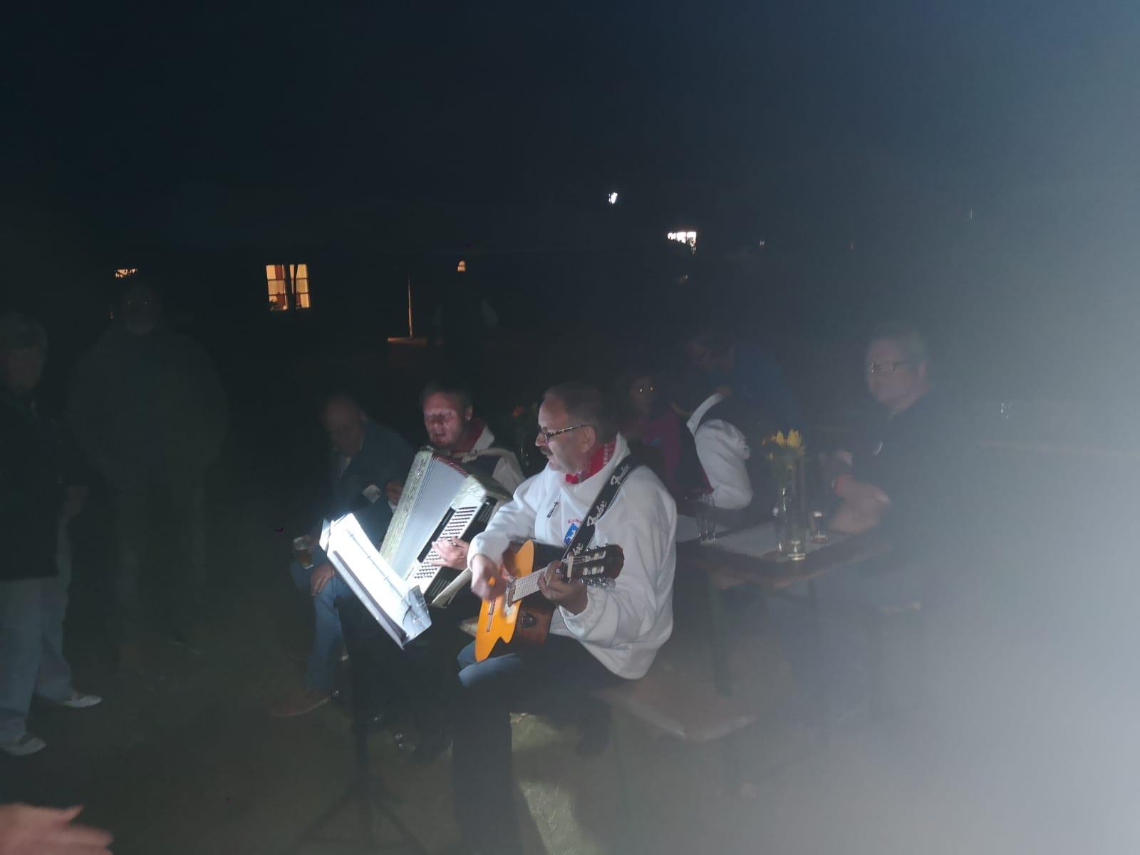 Bis in die Nacht wurde gesungen...mit Akkordeon und Gitarre...
