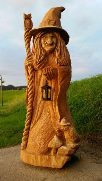 Figur Hexe - Schnitzen mit der Kettensäge - Allgäu-Carving by Martina Gast