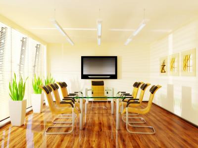 Besprechungsraum hell mit Glastisch und gelben Stühlen