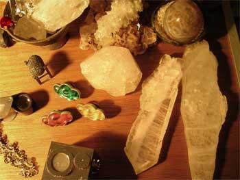 いつも身近に沢山の水晶や石を置いています。インスピレーションの受け皿です。