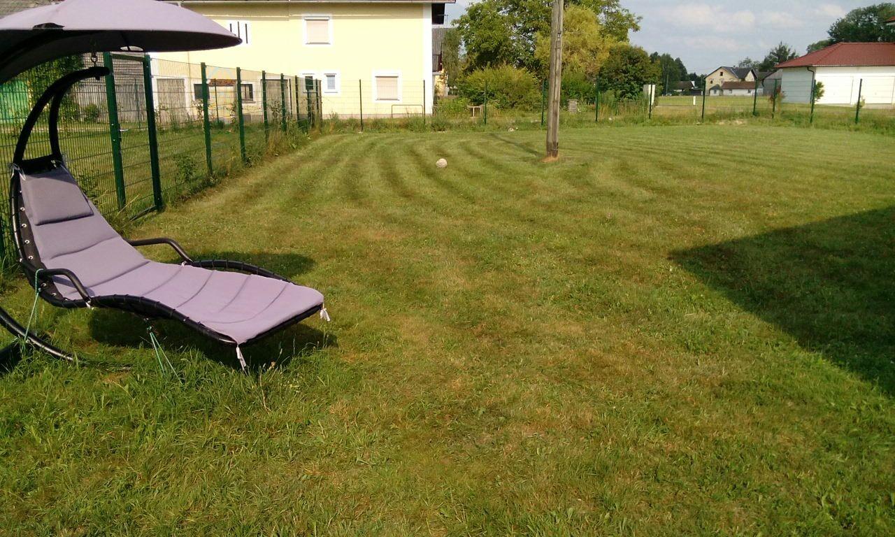 Relaxsessel im Gästegarten lädt zum Entspannen ein