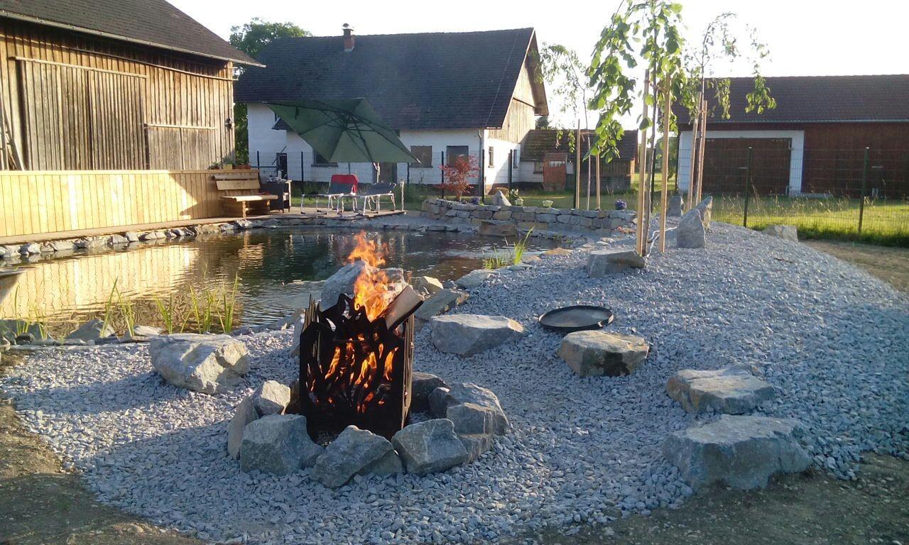 Die urige Feuerstelle lädt zu Grillabenden ein.