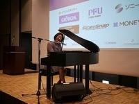 ピアノを弾きながら素敵な歌声