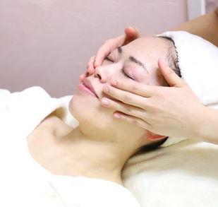 美肌効果の高い化粧水と美容液で、しっかり保水・保湿をしていきます。