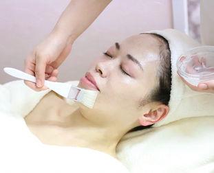 お顔そり後のお肌に鎮静効果の高い美肌パックをします。しっとりツルツルに仕上がります。