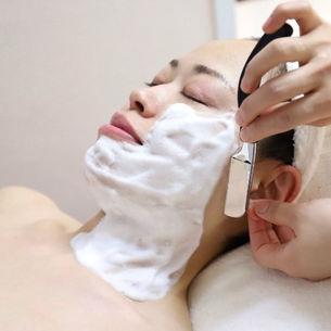 ふわふわの泡でお顔や耳の産毛をそります。スプーンで撫でられているような優しい感覚です。