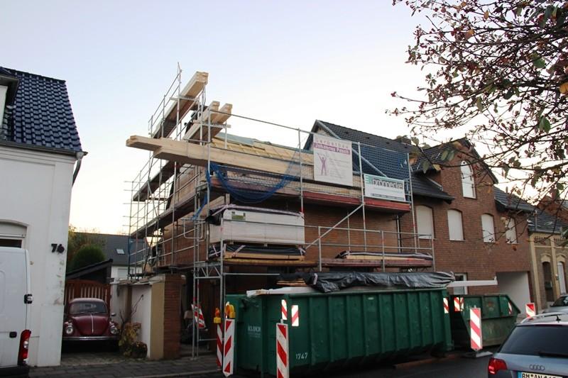 Dachstuhl in Arbeit. Darunter sieht man gut die erhaltene, alte Fassade.