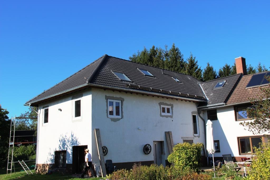 Das fertige Dach, inklusive Dachflächenfenstern und Schneefangbalken.