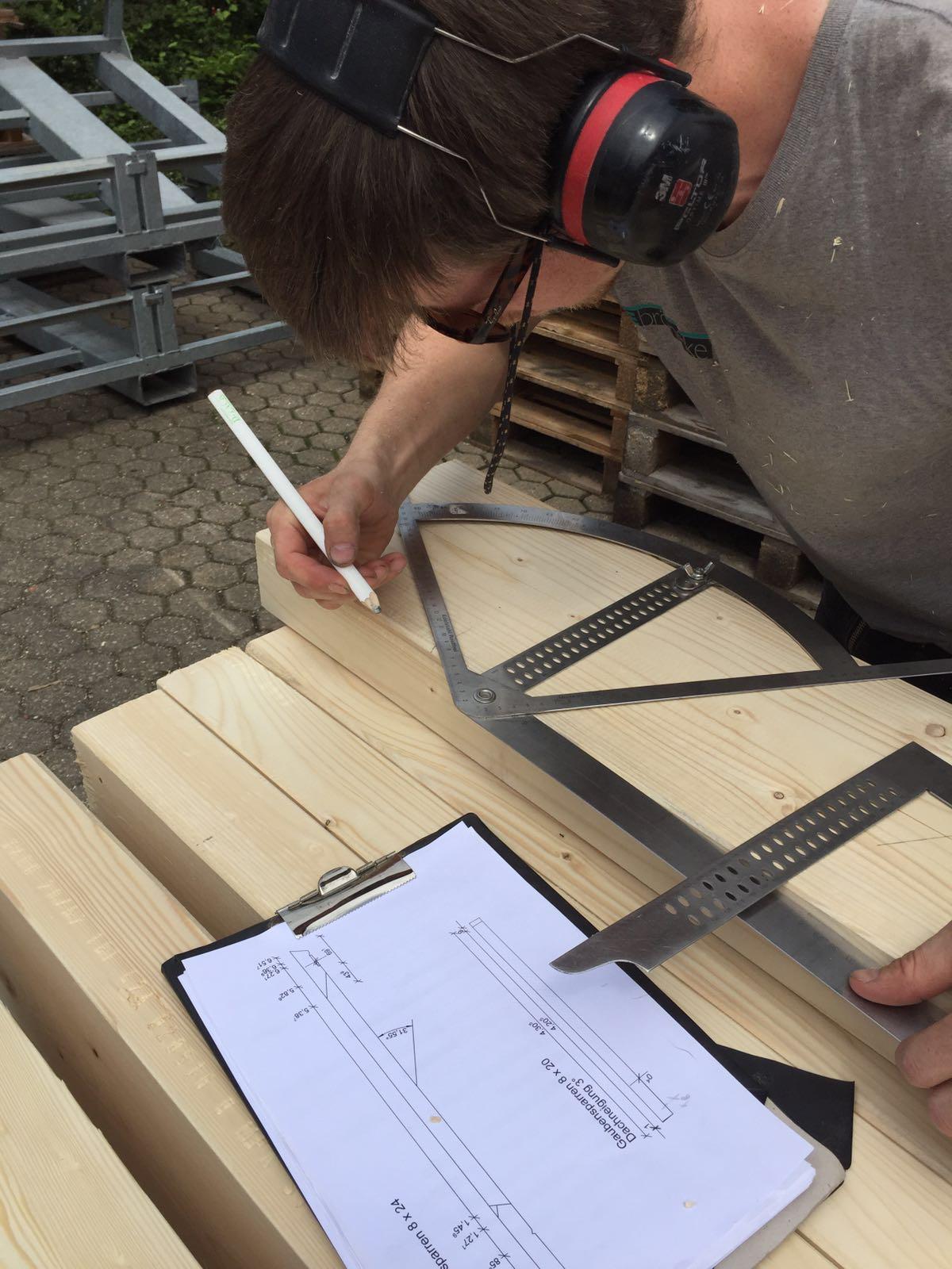 Schon vor dem Abriss haben wir die Elemente für das neue Dach zugeschnitten. Im ersten Schritt wird angezeichnet.