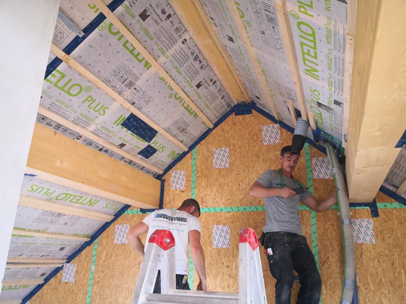 Hier wird Zellulose von innen als Dachdämmung zwischen die Sparren eingeblasen.