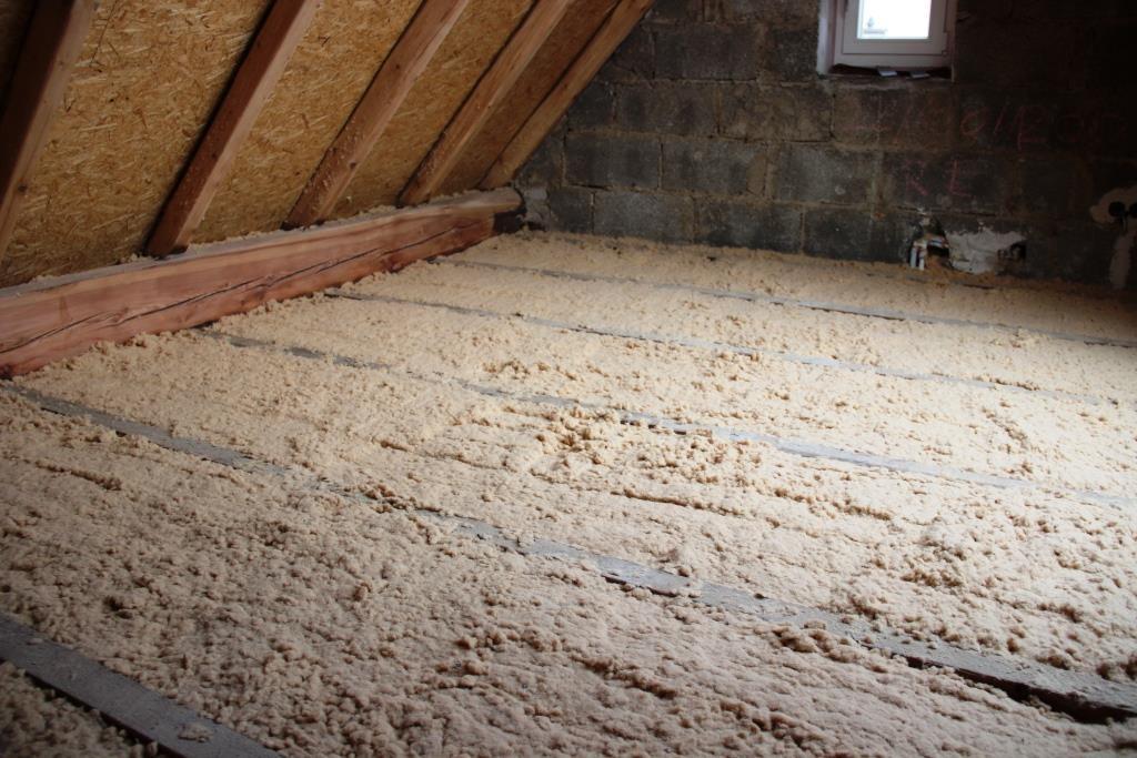 Die aufgeblasenen Holzfasern wurden schließlich leicht angedrückt – fertig ist die Dämmung.