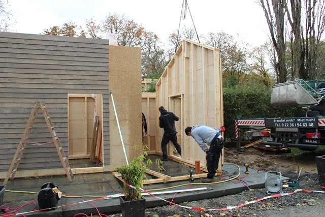 Präzisionsarbeit: Am Ende muss die Wand exakt auf der Schwelle stehen. Dort wird sie festgeschraubt und verankert.