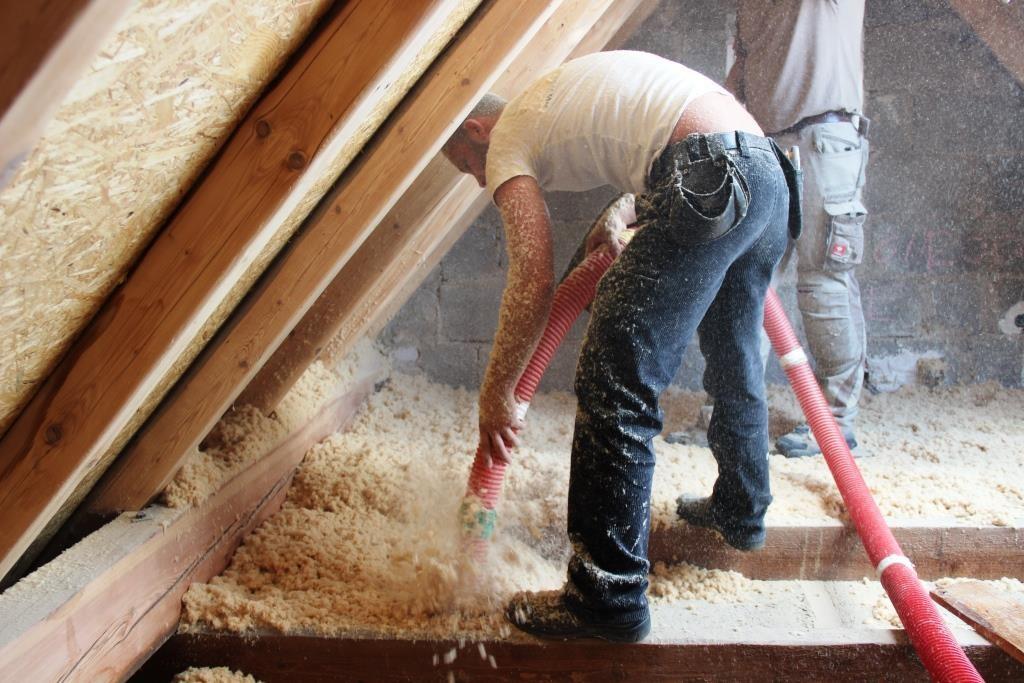 Beim Aufblasen der Holzfaserdämmung kommen diese mit weniger Druckluft aus dem Schlauch.