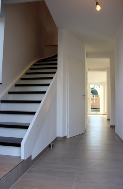 Modern und Einladend: Der Eingangsbereich wirkt dank der neuen Treppe und leicht versetzter Wände gleich viel heller.