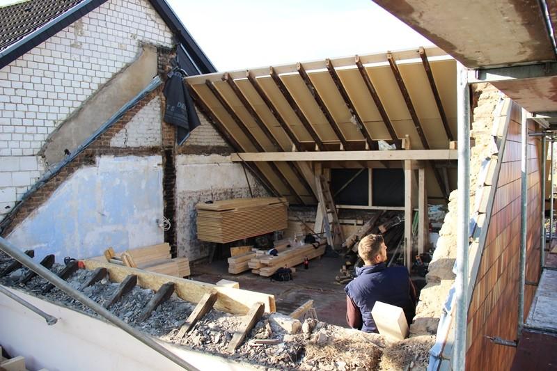 Der alte Dachstuhl musste weichen - lediglich ein Teil wurde zur Straße hin erhalten.