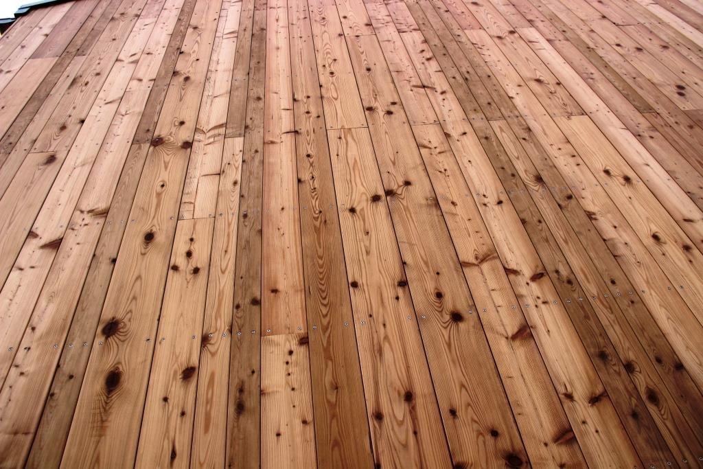 Holz bis in den Himmel – die Fassade an der Seite des Hauses.