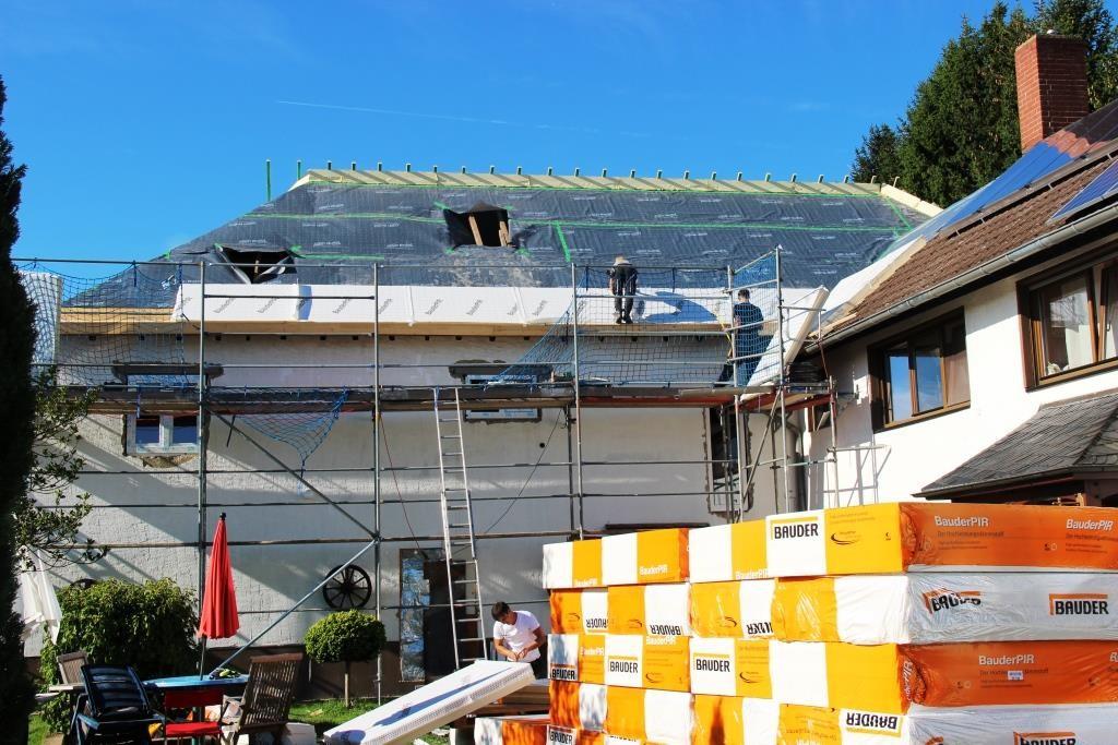 Auf der Dachfläche wird nun vollflächig die Dämmung ausgelegt. So hat das neue Dach keine energetischen Schwachpunkte (z.B. Kältebrücken) mehr.
