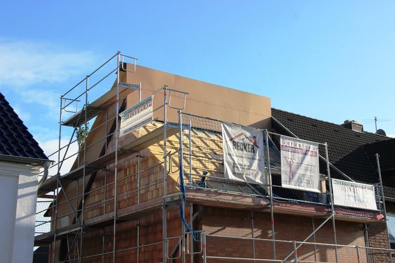 Der neue Dachstuhl von der Straße aus betrachtet. Oben werden später noch vier Fenster ausgeschnitten.