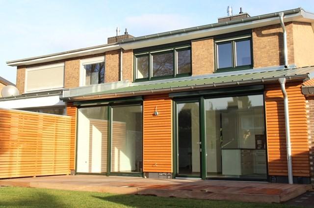 Rhombusschalung und Holzterrasse verleihen dem Anbau eine moderne und gleichzeitig warme Optik.