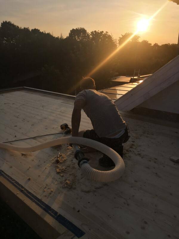 Funktioniert von außen und von innen: Hier blasen wir die Holzfaserdämmung von außen in ein Flachdach ein.