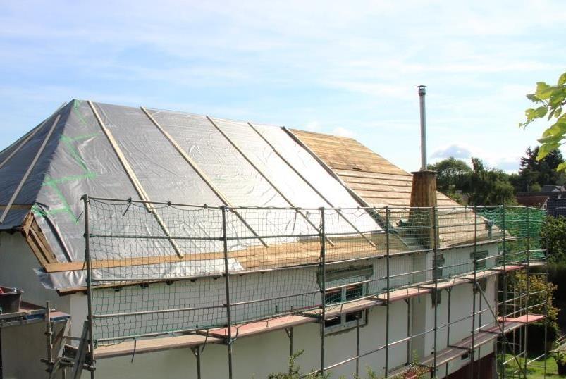 Die unterste Schicht des neuen Dachs bildet eine Folie (Dampfbremse).