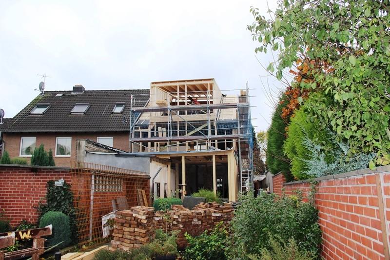 Die Holzkonstruktion vom Garten aus betrachtet. Oben ist bereits die neue Dachkonstruktion sichtbar.
