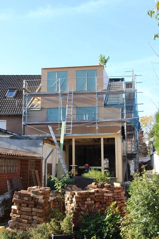 So sieht die Rückseite des Hauses einige Arbeitstage später aus: Inzwischen stehen auch Ober- und Dachgeschoss.