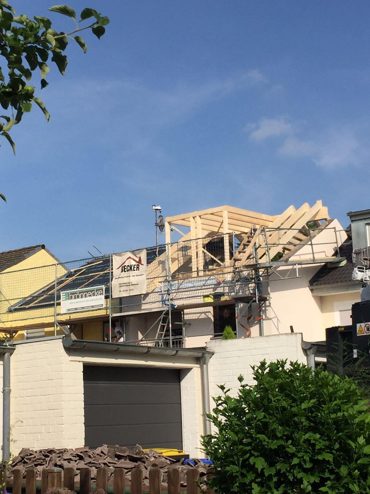 Morgens haben wir noch abgerissen, abends steht schon die neue Dachkonstruktion mit Gaube.