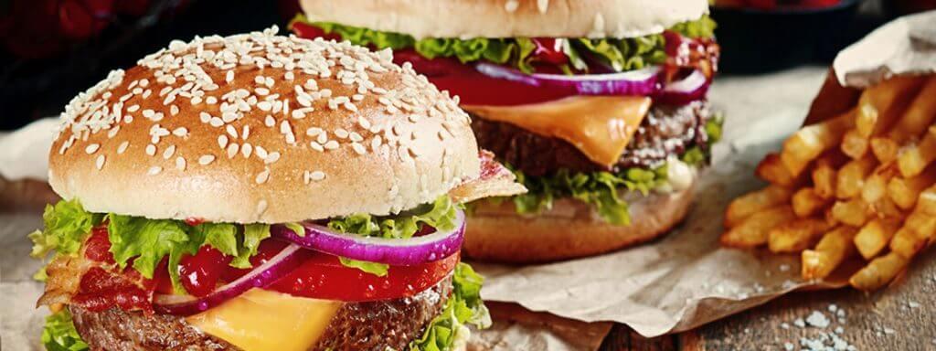 Hamburger und Cheeseburger mit Pommes