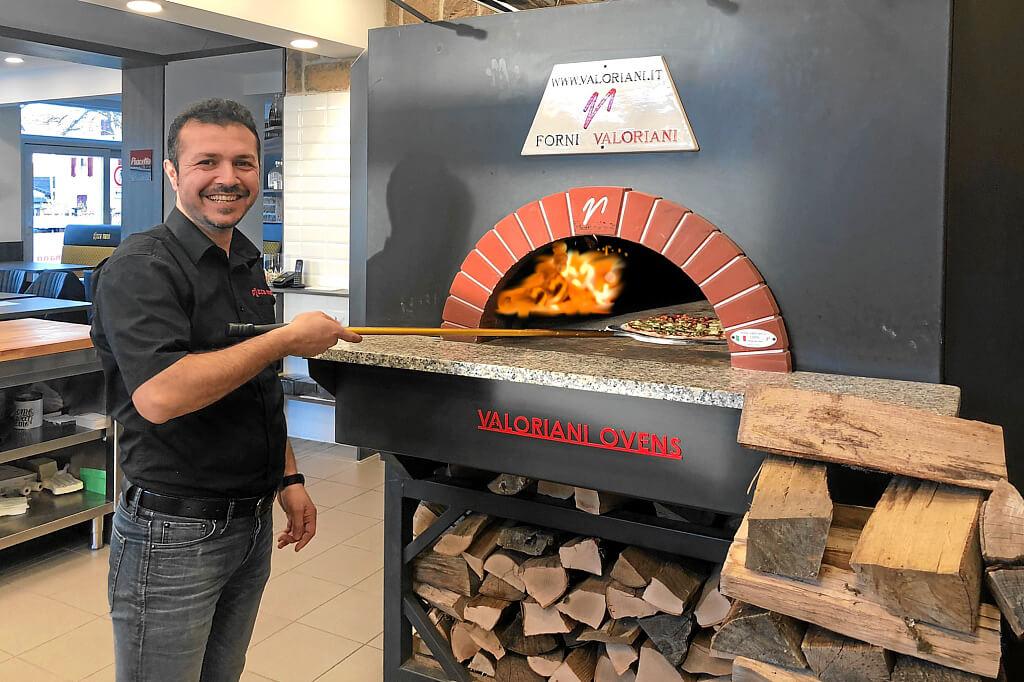 Pizza aus dem Steinofen ... im Holzfeuer
