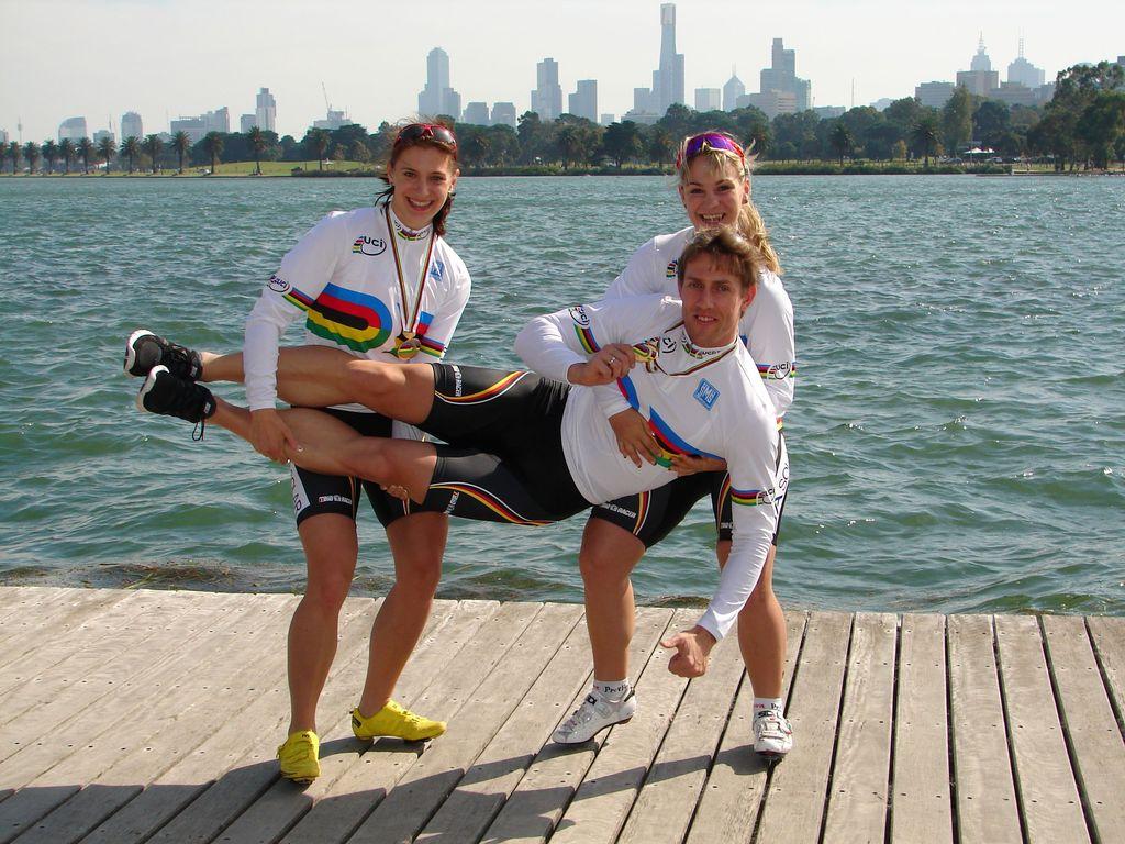 Die Weltmeister-Mädels müssen auch mal die Männer tragen :-)