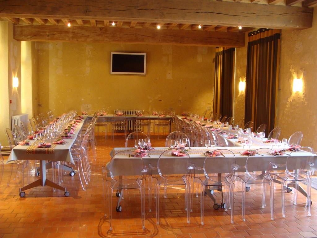 tables dressées dans la grande salle