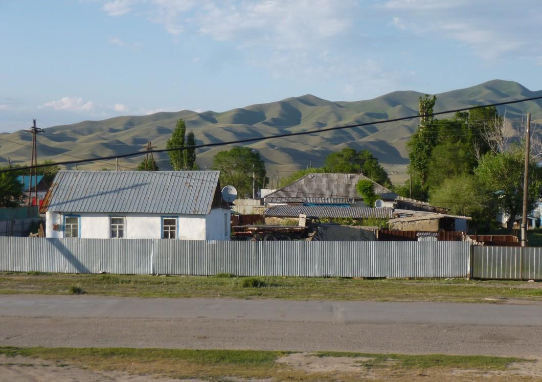 petite maison traditionnelle et barrière de tôle