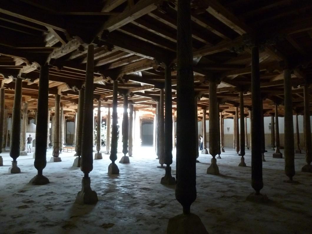 la mosquée aux cent piliers de bois sculptés