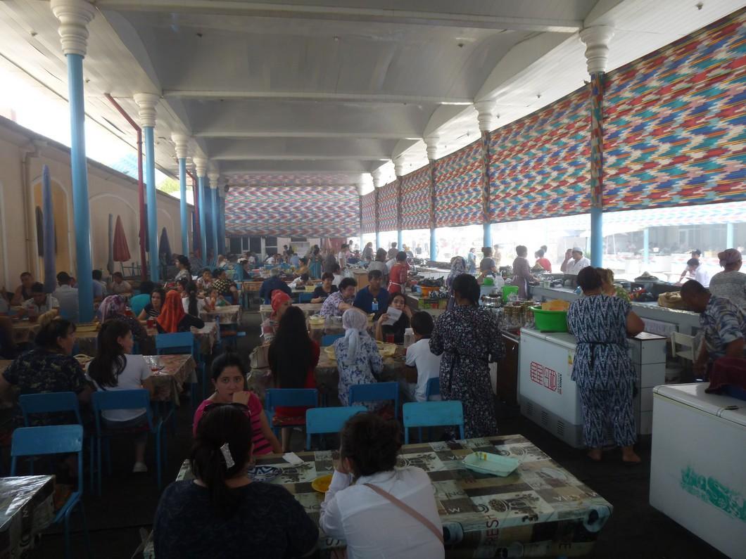 déjeuner au marché de Tashkent, du monde, de la fumée et de la chaleur