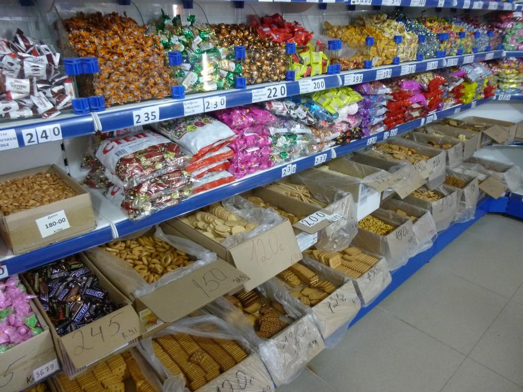 étalage de bonbons et gâteaux secs