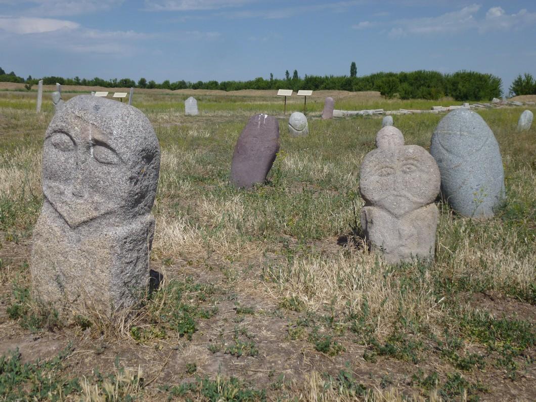 sculptures en pierre sur le site de Burana