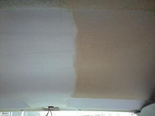 作業後←作業前  ヤニで汚れた天井(右半分)