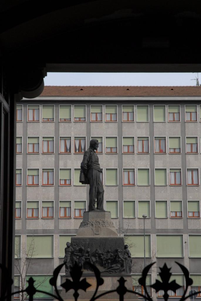 Il Monumento in Piazza Buonarroti visto dalla Casa.