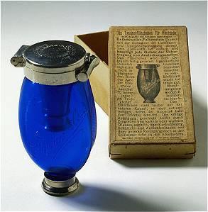 """Dr. Dettweiler´s Taschenflasche für Hustende. Im Zauberberg von Thomas Mann erlangte der """"Blaue Heinrich"""" 1924 seine literarische Berühmtheit."""