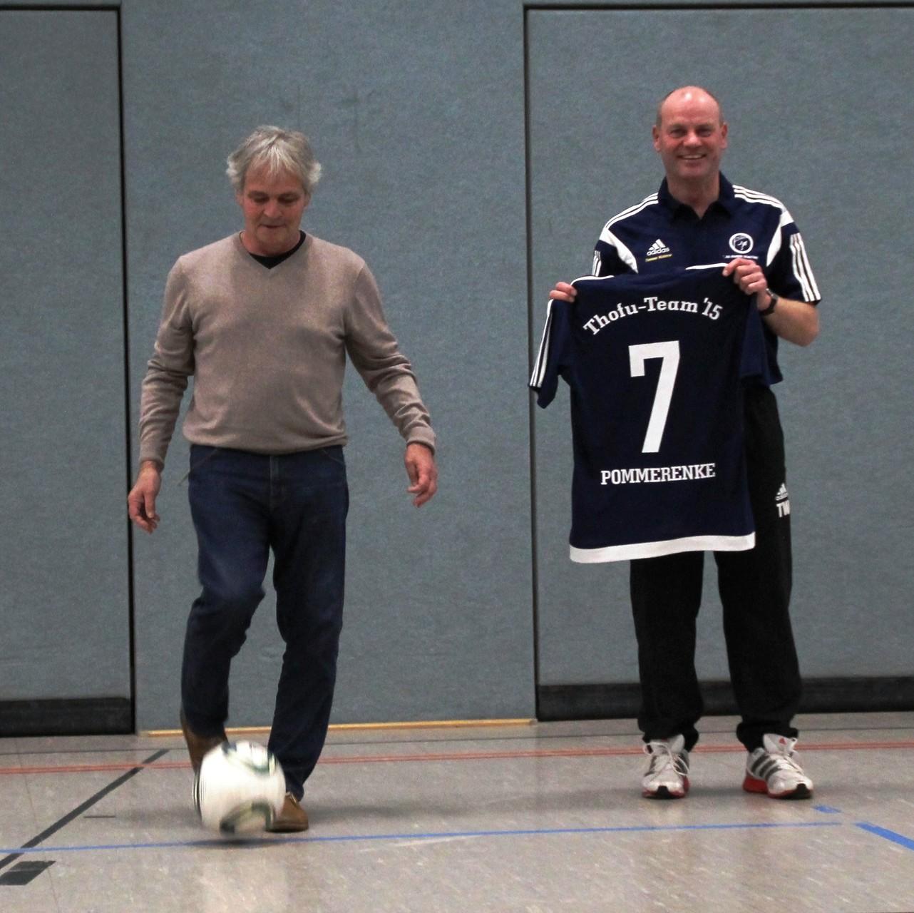 Ehrenanstoß: Jürgen Pommerenke (am Ball) mit Thomas Waldow
