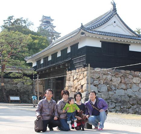 高知城追手門の前で。梅の花を見るため家族で高知城へ。(2012.3.10)