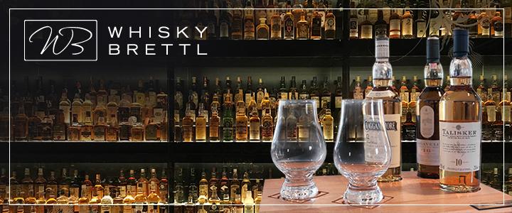 Whisky-Brett mit Gläsern und Whisky Assortiment